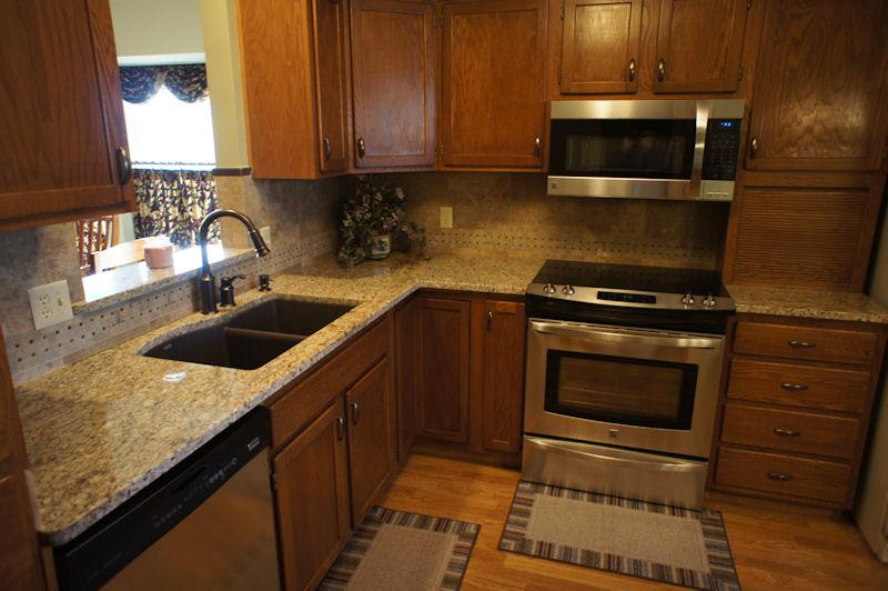 Picture of: Venetian Gold Granite With Oak Cabinets