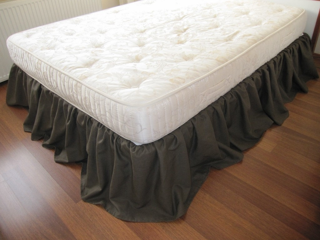 Image of: Dust Ruffles For Dorm Beds
