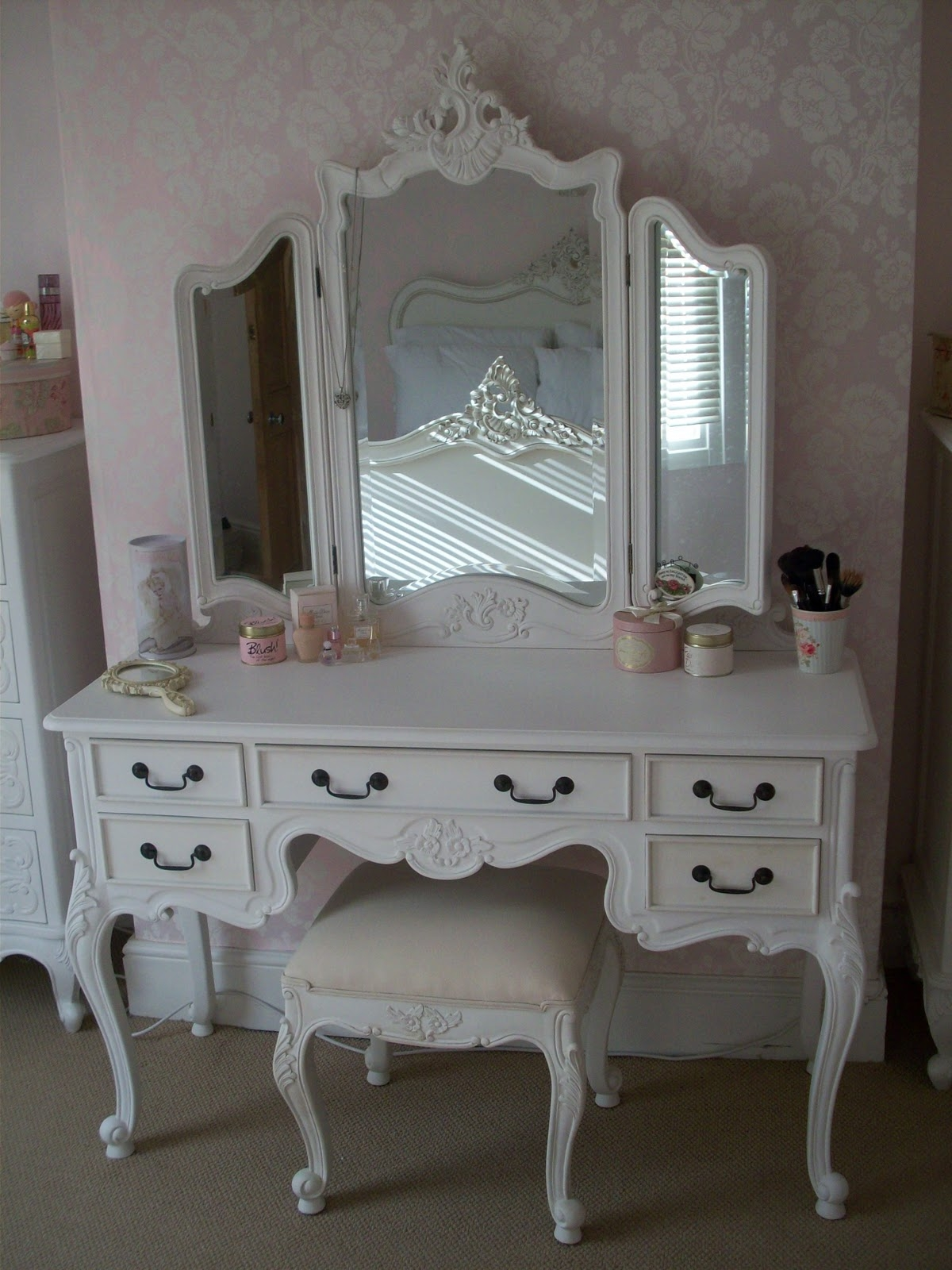 Picture of: Antique Vanity Table Makeup