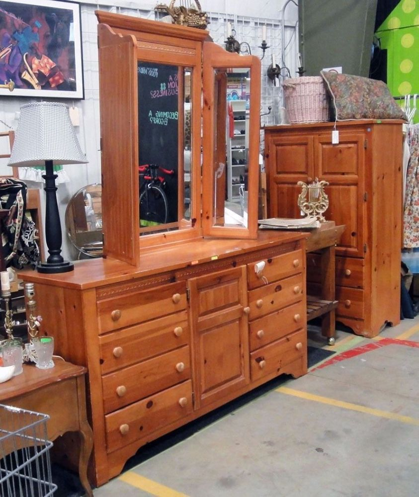 Picture of: Broyhill 6 Drawer Dresser