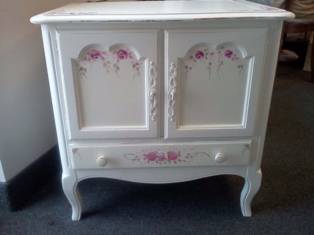 Image of: How To Paint Shabby Chic Distressed Designs