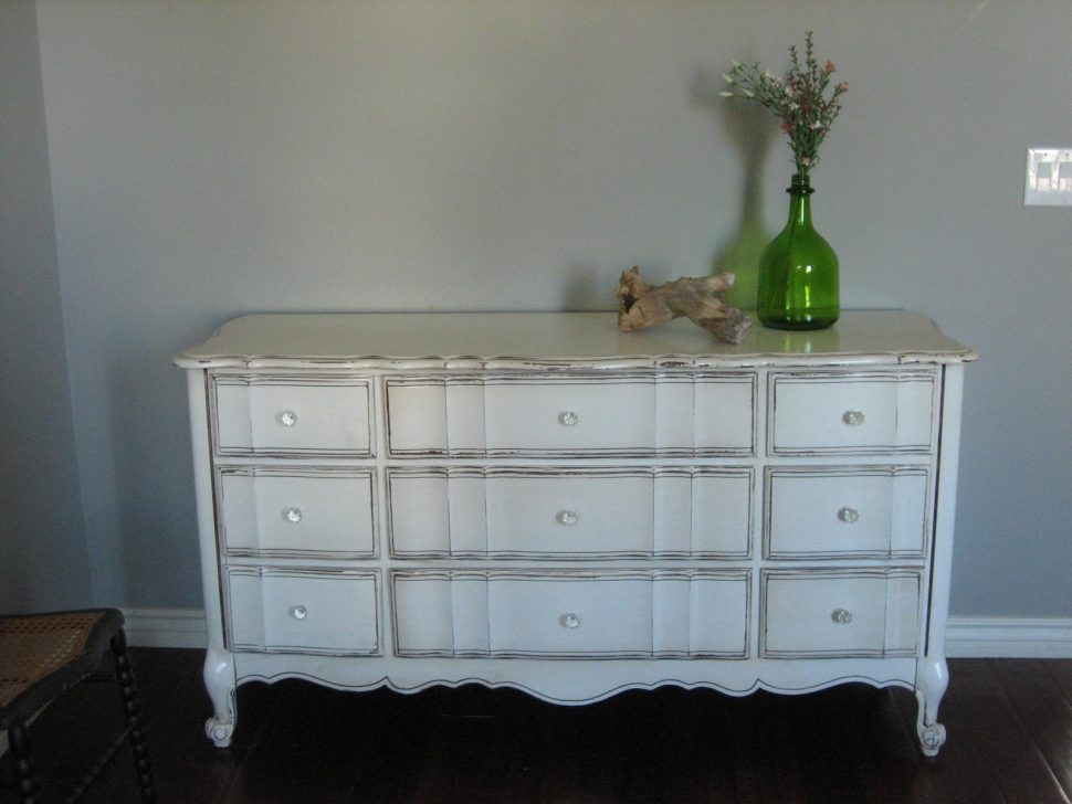 Picture of: How To Tell How Vintage Dresser Is