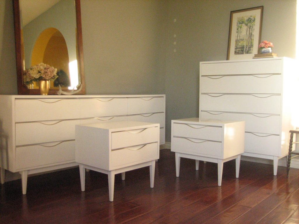 Picture of: Mirror White Dresser Set