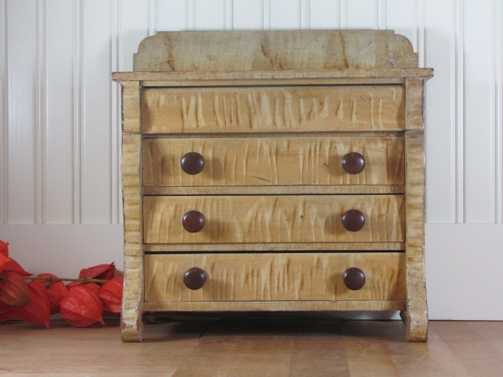 Picture of: Small Three Drawer Dresser