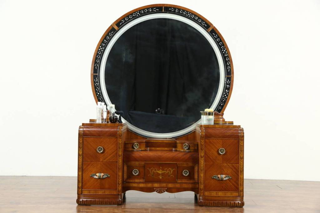 Picture of: Antique Dresser With Round Mirror