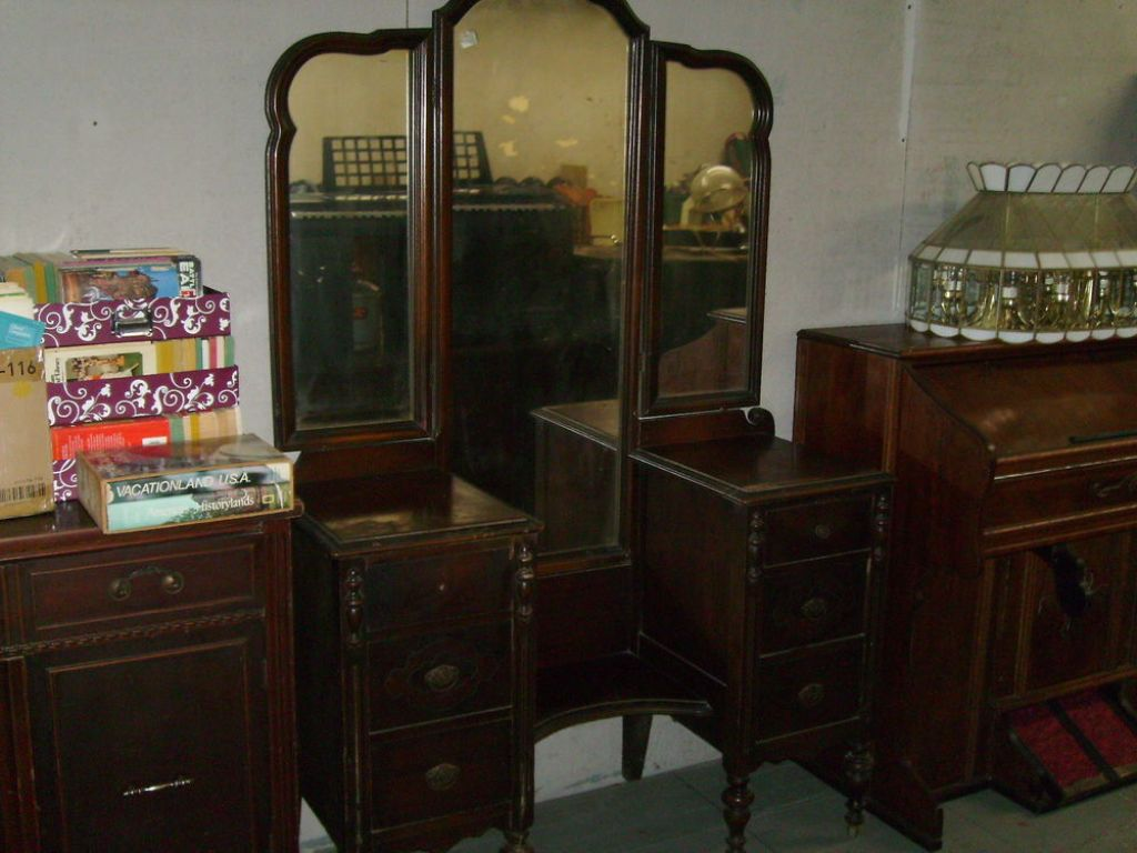 Picture of: Antique Dressers With Mirrors