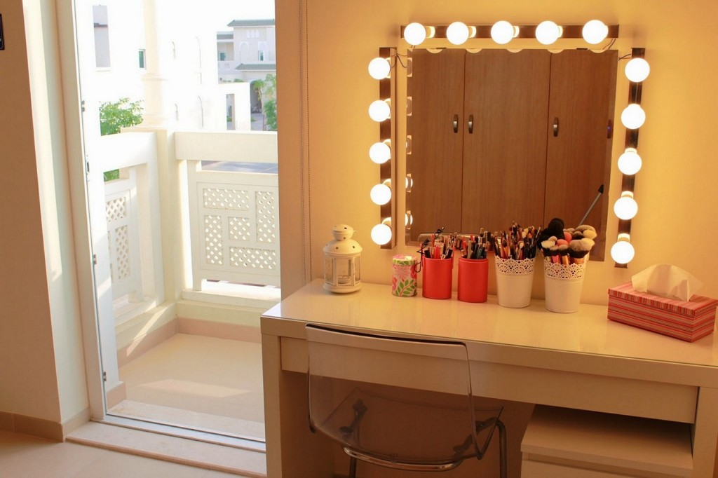 Picture of: Modern Dresser With Mirror And Lights Design