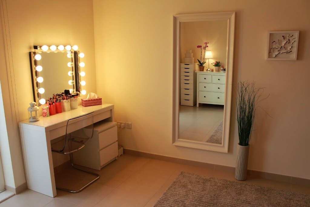 Image of: Vanity Table With Lighted Mirror