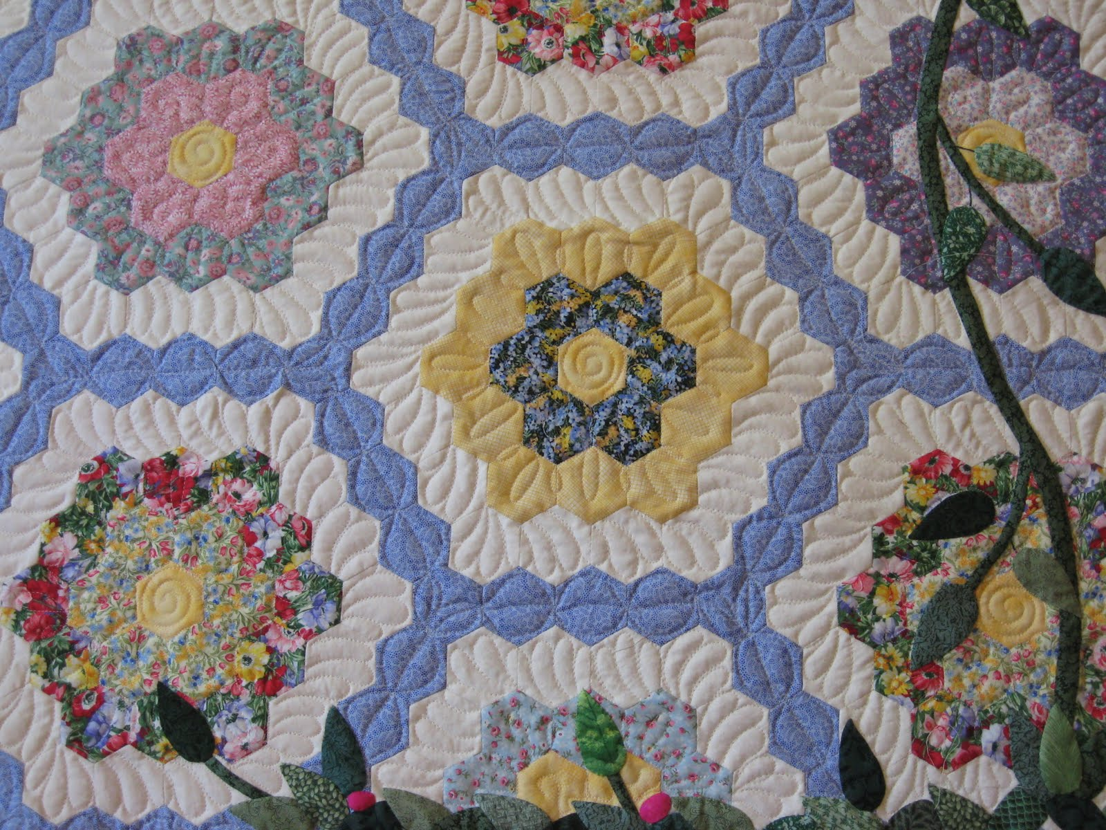 Picture of: Applique Quilt Patterns Artistic