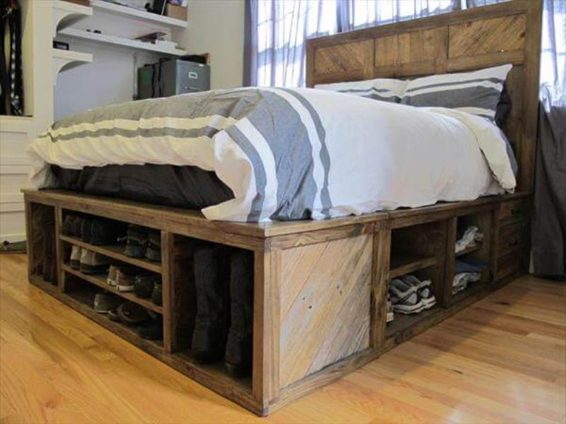 Picture of: How To Make A Pallet Bed With Storage