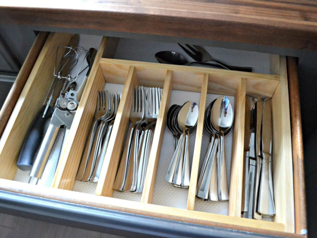 Picture of: Silverware And Plate Caddy